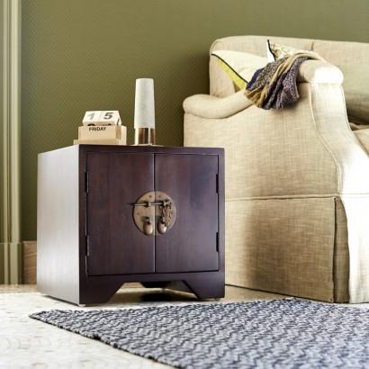 Ein Kolonialer Stil für das Schlafzimmer mit eine Nachttische