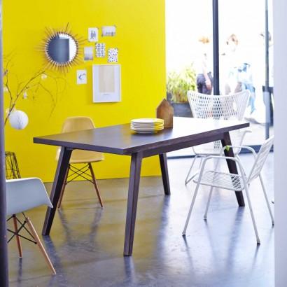 Ein Tisch aus mango für den wohnzimmer